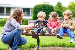 Мать и ее дети в парке лета Стоковые Изображения RF