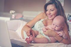 Мать и ее маленький младенец дома домашняя деятельность мати Стоковые Фотографии RF