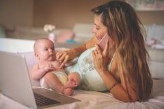 Мать и ее маленький младенец дома домашняя деятельность мати Стоковое Изображение RF