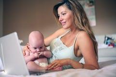 Мать и ее маленький младенец дома домашняя деятельность мати Стоковые Фото