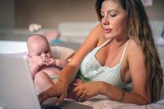 Мать и ее маленький младенец дома домашняя деятельность мати Стоковые Изображения RF