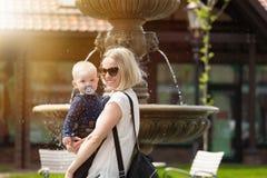 Мать и ее маленький сын идут в парк стоковые фото