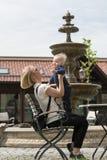 Мать и ее маленький сын идут в парк стоковые фотографии rf