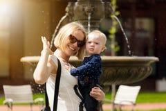 Мать и ее маленький сын идут в парк стоковая фотография