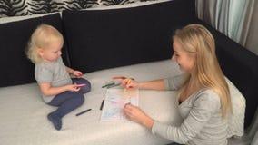 Мать и ее малая дочь рисуют видеоматериал