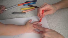 Мать и ее малая дочь рисуют акции видеоматериалы