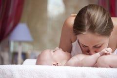 Мать и ее маленький сын дома Стоковое Изображение RF