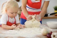 Мать и ее милые руки дочери подготавливают тесто на деревянном столе Домодельное печенье для хлеба или пиццы bakersfield стоковая фотография rf