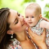 Мать и ее младенец outdoors Стоковая Фотография