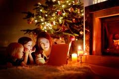 Мать и ее дочери читая книгу Стоковое Фото