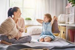 Мать и ее ребенок воюют подушки Стоковое Изображение RF