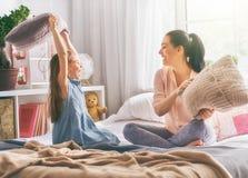 Мать и ее ребенок воюют подушки Стоковые Изображения