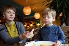 Мать и ее сын в ресторане Стоковые Фото
