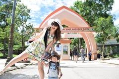 мать и ее сын делают видеть визирования Стоковые Фото
