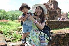 мать и ее сын делают видеть визирования Стоковые Изображения RF