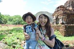 мать и ее сын делают видеть визирования Стоковое фото RF