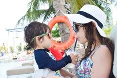 мать и ее сын играя на бассейне Стоковые Изображения