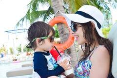 мать и ее сын играя на бассейне Стоковая Фотография