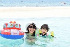 мать и ее сын играя на бассейне Стоковые Изображения RF