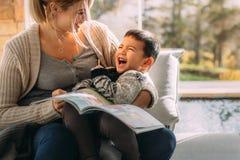 Мать и ее сын имея потеху совместно стоковые изображения rf