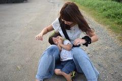 мать и ее сын palying наружное место Стоковые Фото
