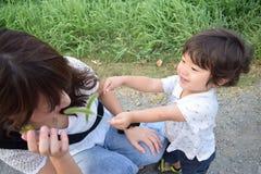 мать и ее сын palying наружное место Стоковое Изображение RF