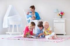 Мать и дети играя в спальне Стоковая Фотография RF