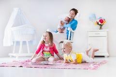 Мать и дети играя в спальне Стоковые Фотографии RF