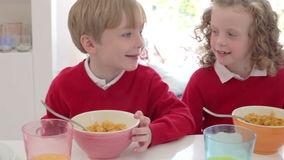 Мать и дети имея завтрак в кухне совместно акции видеоматериалы