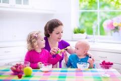 Мать и дети имея завтрак Стоковые Фотографии RF