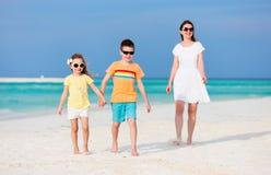 Мать и дети на тропическом пляже Стоковая Фотография RF