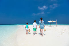 Мать и дети на тропическом пляже Стоковые Изображения RF