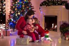 Мать и дети дома на Рожденственской ночи Стоковая Фотография RF