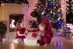 Мать и дети дома на Рожденственской ночи Стоковое Изображение