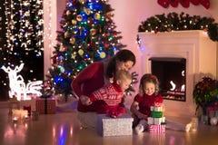 Мать и дети дома на Рожденственской ночи Стоковые Фотографии RF