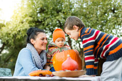 Мать и дети смотря в тыкву хеллоуина Стоковое фото RF