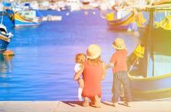Мать и дети смотря традиционные шлюпки внутри Стоковые Фото