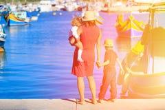 Мать и дети смотря традиционные шлюпки внутри Стоковое Изображение RF