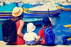 Мать и дети смотря традиционные шлюпки внутри Стоковое Изображение