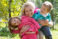 Мать и 2 дет в парке осени Стоковые Фотографии RF
