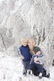 Мать и 2 дет в стране чудес зимы Стоковые Изображения