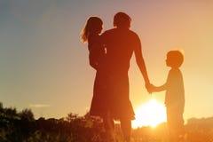 Мать и 2 дет идя на заход солнца Стоковая Фотография RF