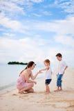 Мать и 2 дет на пляже Стоковое Изображение RF