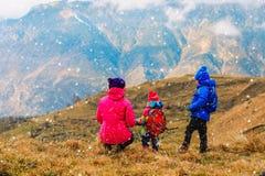 Мать и 2 дет путешествуют в горах зимы Стоковое Фото