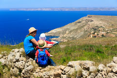 Мать и 2 дет путешествуют в горах с сценарным взглядом Стоковое фото RF
