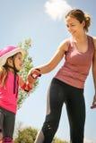 Мать и маленькая девочка в rollerblading Стоковое Изображение