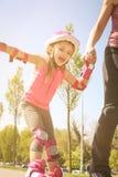 Мать и маленькая девочка в rollerblading Стоковое Изображение RF