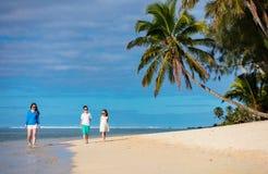 Мать и малыши на тропическом пляже Стоковая Фотография