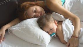 Мать и мальчик проспали вверх в утре сток-видео