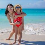 Мать и маленькая девочка на пляже на солнечный день Стоковое Изображение